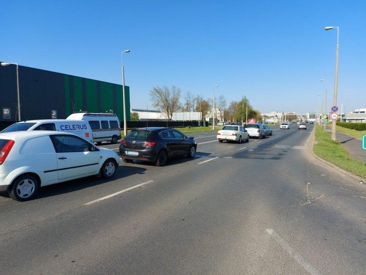 Ráfutásos baleset történt a 41-es bevezető szakaszán, négy autó ütközött össze