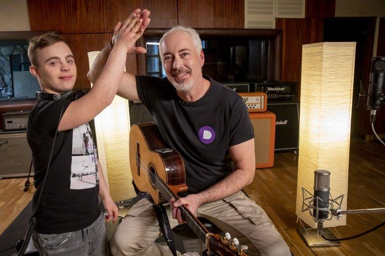 Szív dalocskát írt Hajós András és Gyurci, a nagykállói Down-szindrómás kamasz