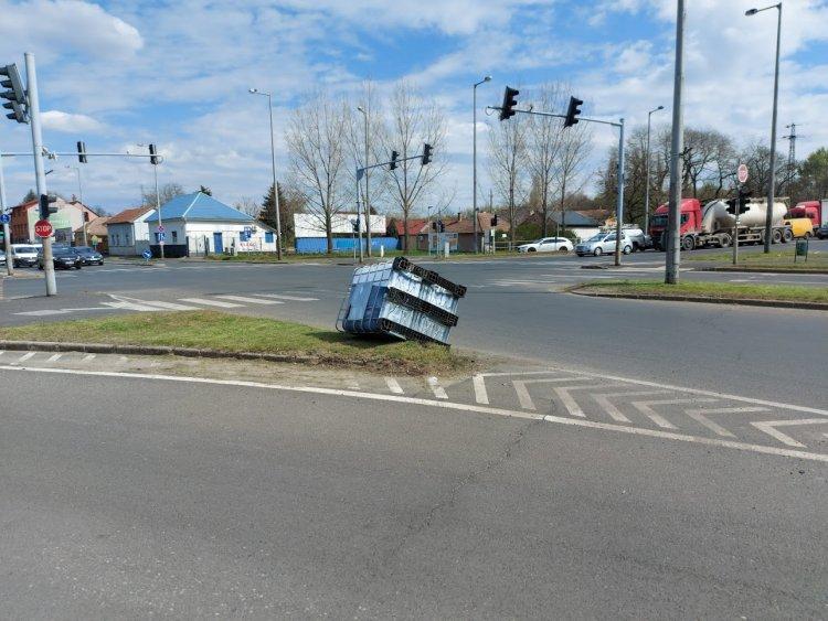 Kiesett egy haszonjármű rakománya a Debreceni és Móricz Zsigmond utcánál