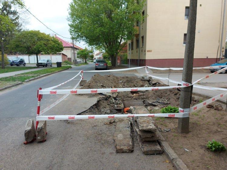 Újabb távhővezetékek korszerűsítésén dolgoznak a Népkert és Árpád utcákban