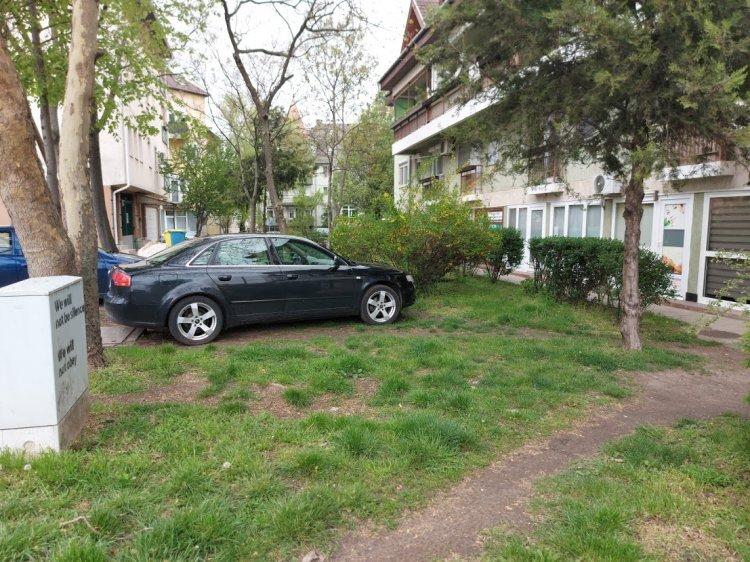 Gyakori szabálytalanság, hogy zöldfelületen parkolnak az autók a város több pontján