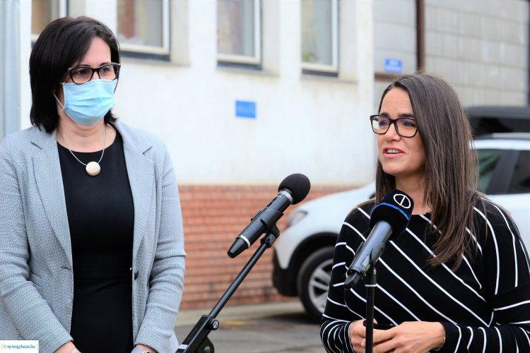 Miniszteri látogatás – A kórház cukorbetegeknek készült tankonyhájában járt Novák Katalin