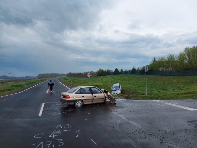 Két jármű ütközött Nyírszőlősnél, három személyt szállítottak kórházba