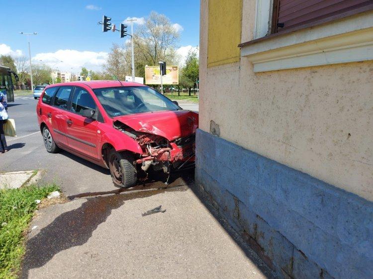 Táblákat és kerítést is kidöntött a Tokaji útnál karambolozó két autó
