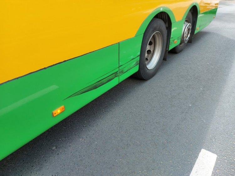 Autóbusz és személyautó ütközött a Korányi Frigyes utcán