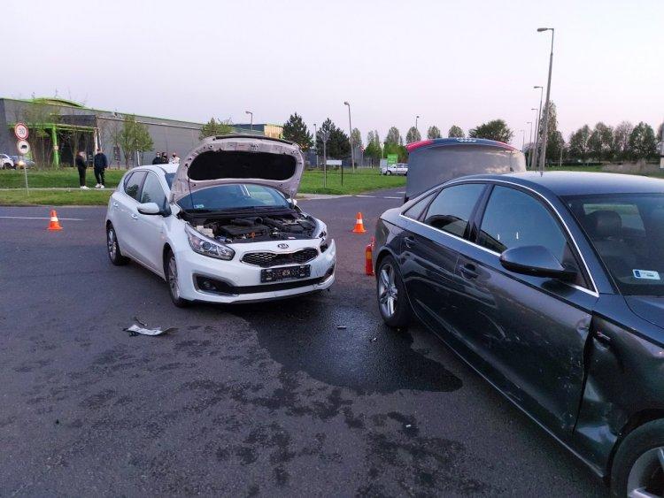Két személygépkocsi ütközött a 4-es Huszárok útján, személyi sérülés nem történt