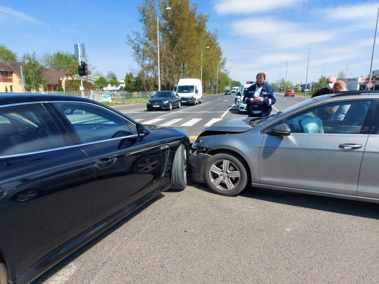 Két személyautó ütközött a rozsrétszőlői telezöldnél