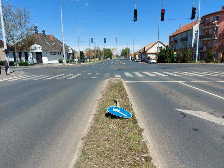 Kikerülést jelző táblát döntött ki egy kamion az Inczédy soron