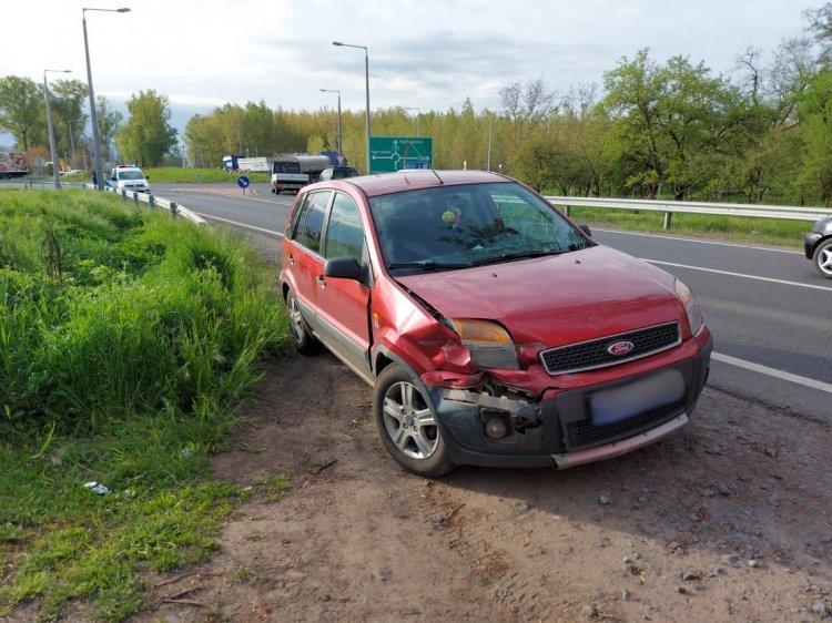 Szalagkorlátnak csapódott egy személyautó a Tokaji úton