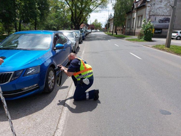Parkolóban álló járművet húzott meg egy autó a Kossuth utcán