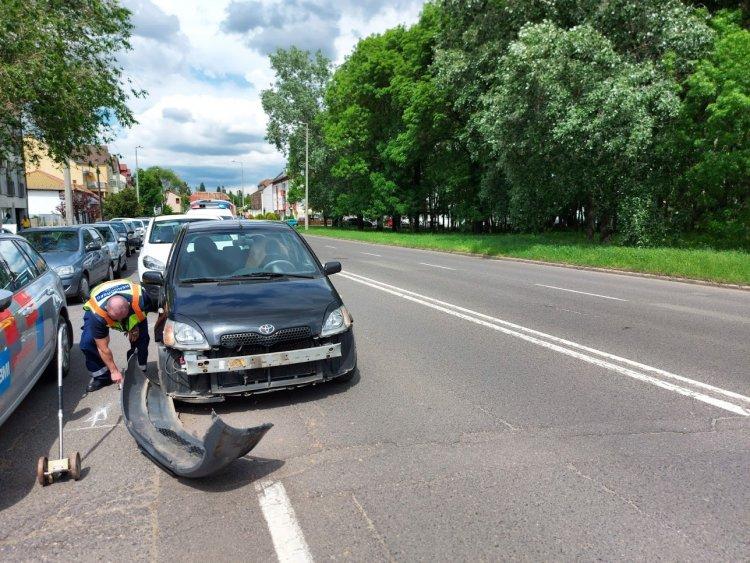 A Hunyadi utcán két személyautó ütközött össze parkolás közben