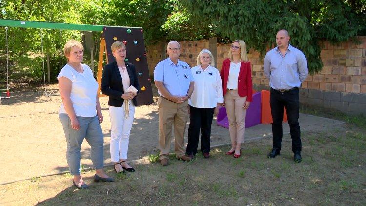Gyereknapi ajándék – Új játszóteret kapott a Magyar Vöröskereszt anyaotthona