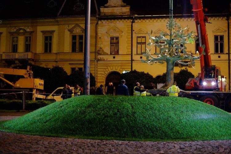 Elkészült a szobor – Helyére szállították a nemzeti összetartozás emlékművét