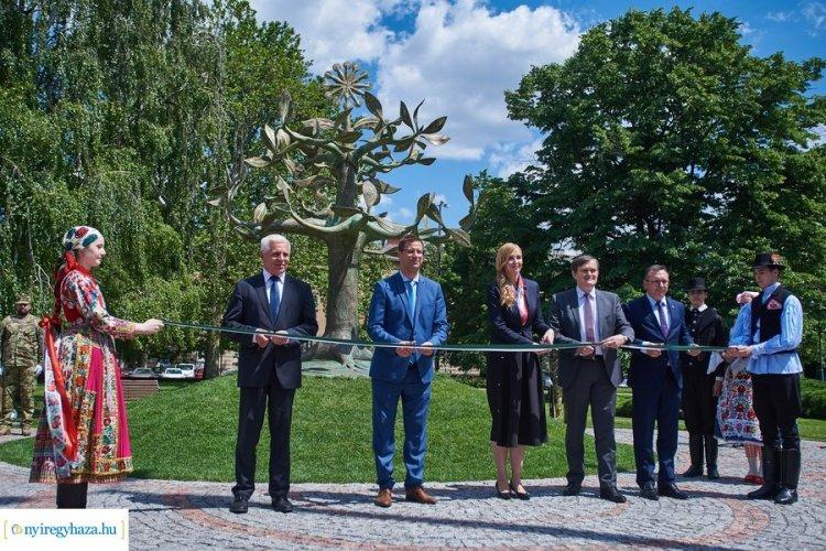 Életfa a Hősök terén – Elkészült a nemzeti összetartozás emlékműve