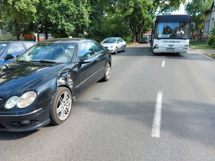 Személyautó és busz ütközött hétfőn délután a csúcsforgalomban, a Kossuth utcán