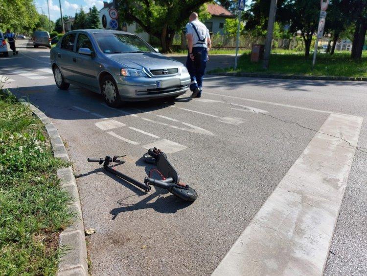 Egy rolleres és egy autó ütközött össze az Ószőlő utca és a Csaló köz kereszteződésénél