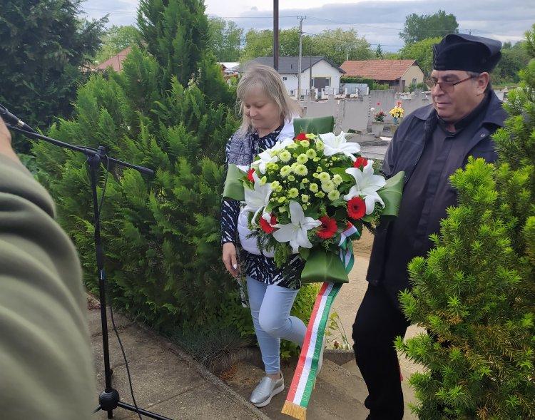Az Orosért Közéleti Egyesület a Katolikus Temetőben lévő Hősi Emlékműnél koszorúzott