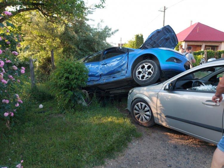 Két autó ütközött össze Nyírszőlő belterületén, egy személy kórházban