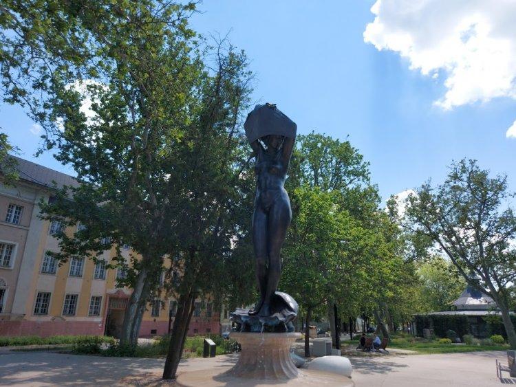 Rossz tréfa áldozata lett a belvárosi Vénusz szobor kedd éjszaka
