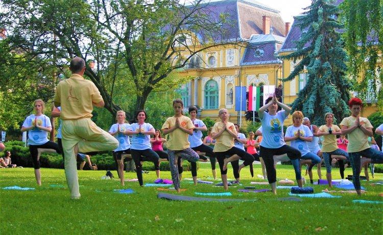 Gyakorlás a szabadban a Jóga Nemzetközi Napján!