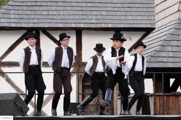 Tegnap ellepték a táncosok a Sóstói Múzeumfalut! Képeken a Verbunk Napja!