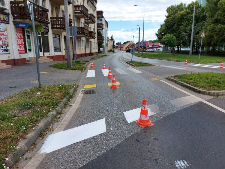 Burkolati jeleket festettek hétvégén a Szarvas utcai körforgalomnál