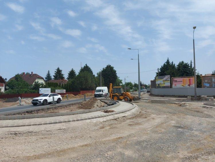 Már elkészült a körforgalmi ív fele a Kállói út és a Tünde utca kereszteződésében