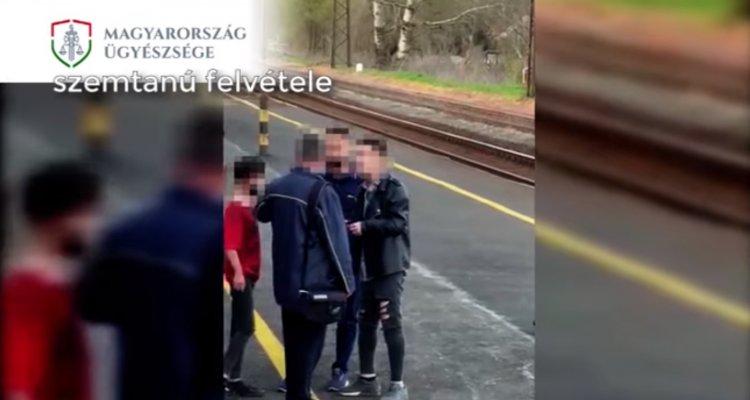 Bíróság elé állítja az ügyészség a vasutasokra támadó fiút – Videó!