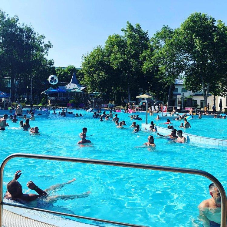 Dübörög a nyár: Tele van turistákkal Sóstó!