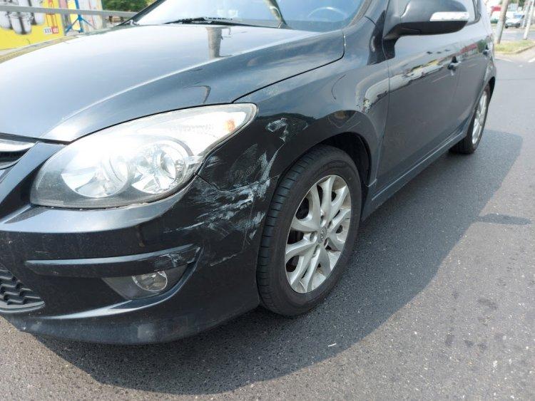 A Debreceni útnál két gépjármű ütközött, személyi sérülés nem történt