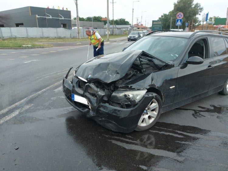 Két személyautó ütközött a Tünde utcánál, kórházban a sofőrök