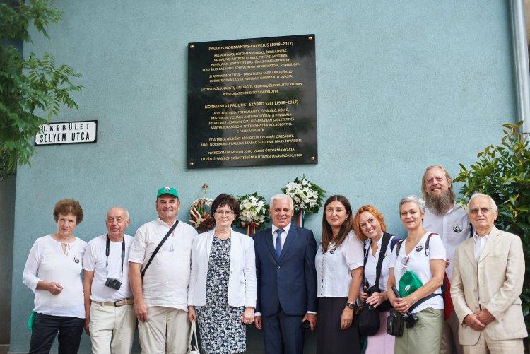 Gránittábla őrzi Normantas Paulius fotóművész emlékét hétfőtől a Városi Galéria falán