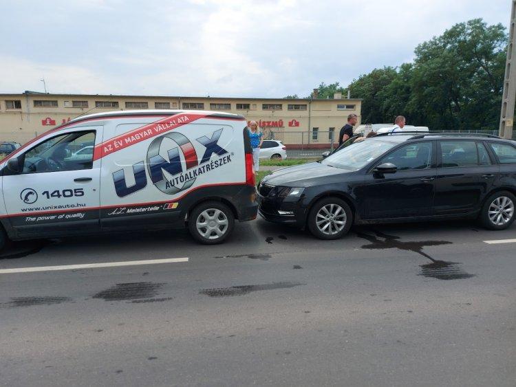 Ráfutásos baleset történt a Tünde utcán, egy személyt kórházba szállítottak