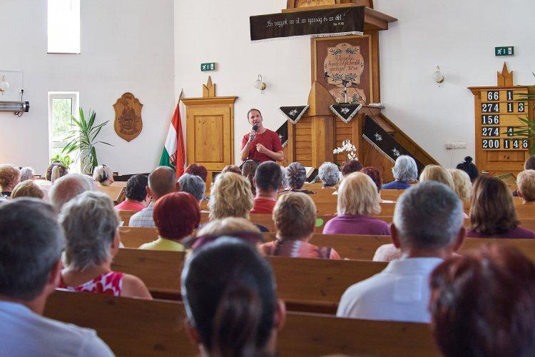 Pintér Béla keresztyén énekes, dalszerző szolgált vasárnap a sóstói református templomban