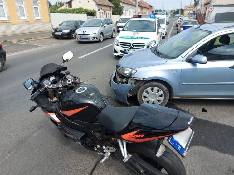 Egy motoros és egy személyautó ütközött a Debreceni út és a Szilfa utca kereszteződésében