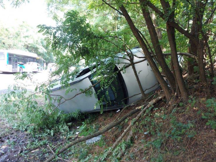 Több fának is nekicsapódott egy jármű a Sóstói úton, három személyt kórházba szállítottak