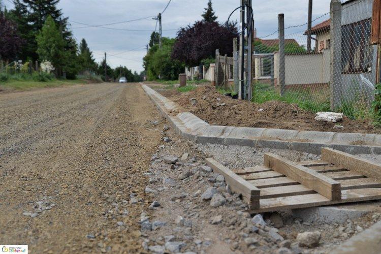 Megkezdődtek és a tervezettnek megfelelő ütemben zajlanak az útépítési munkálatok