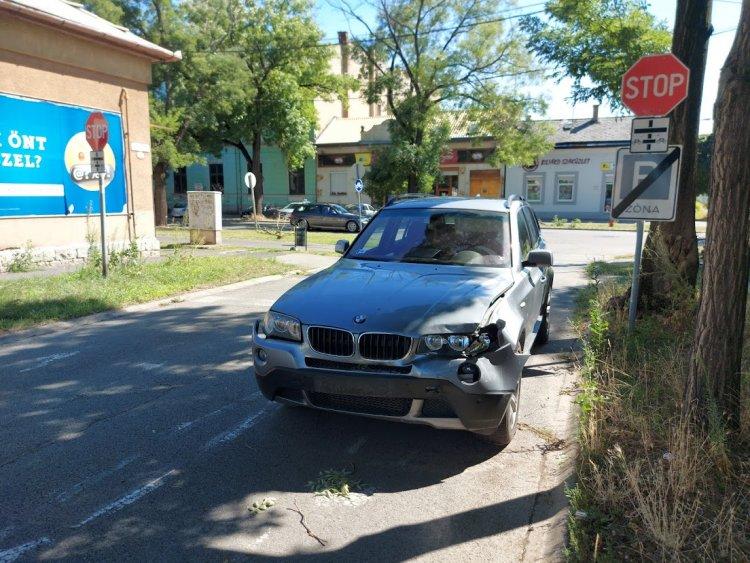 Korábban balesetezett jármű képez közúti akadályt a Bethlen Gábor utcánál
