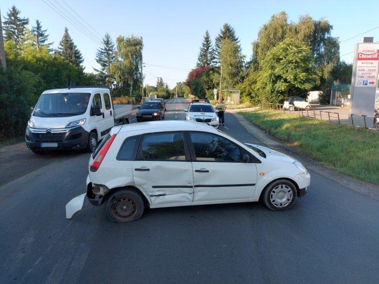 Kedden reggel a Kemecsei úton egy teherautó és egy személyautó ütközött össze