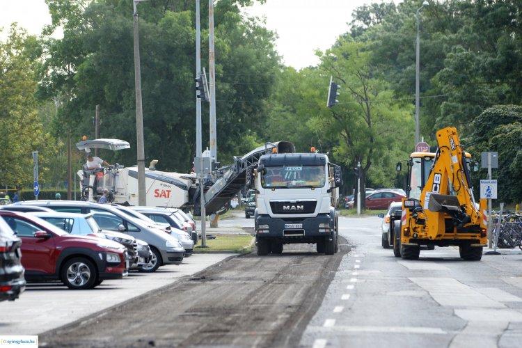 Nagyfelületű útjavítás indult 20 utcában – Iskolakezdésre szeretnének végezni
