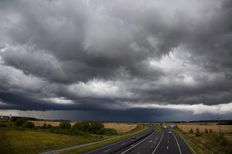 Megkongatták a vészharangokat: heves zivatarok, nagy mennyiségű eső közeleg