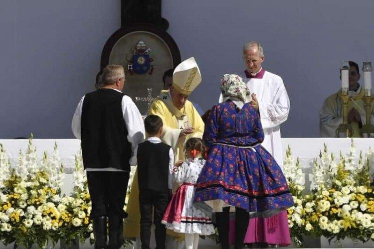 Szentimrés kisdiák adta át az ajándékot a pápának a budapesti miséjén