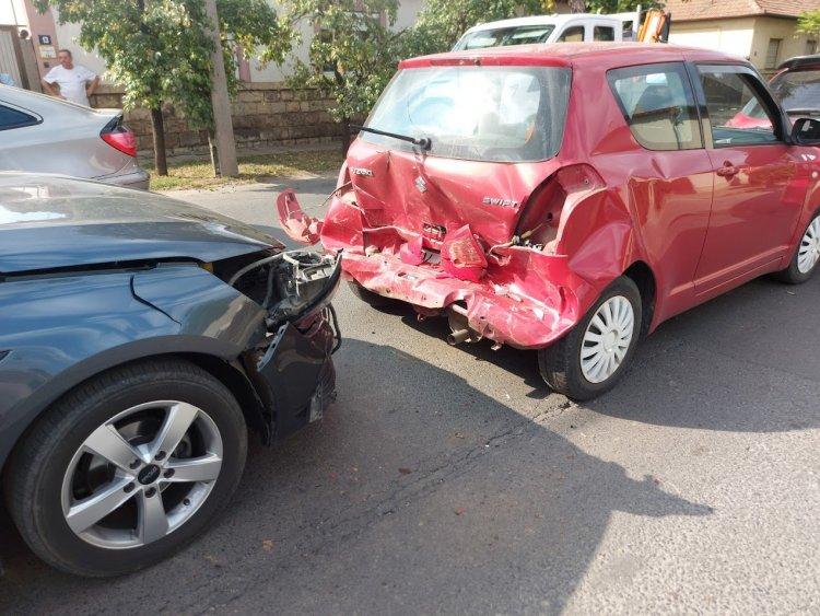 Négyes karambol a Derkovits utcán, személyi sérülés nem történt