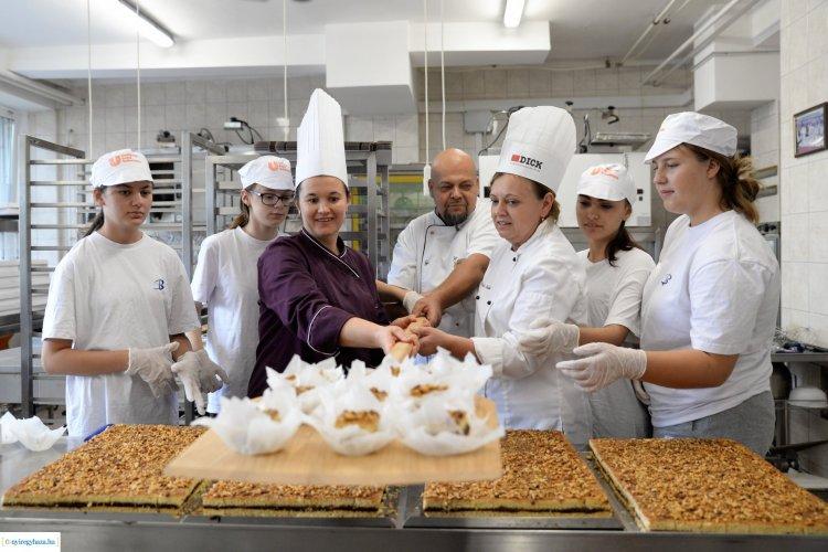 Készül a szilvás-diós tirpák pite – Már csomagolják a város sütijét a Tirpák Fesztiválra