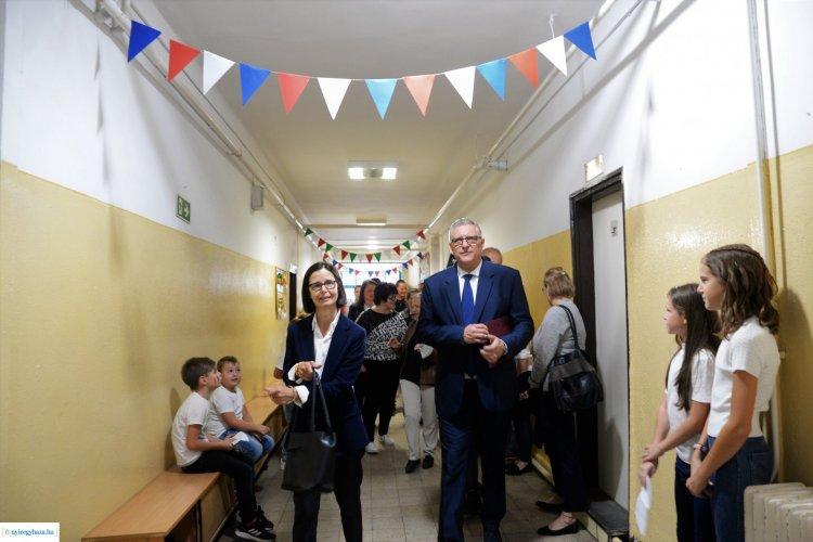 Franciaország külképviseletének munkatársai köszöntötték az Apáczai iskola diákjait