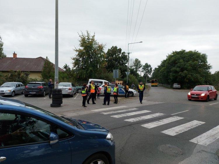 Rendszeresen segítik a gyermekek közlekedését Rozsrétszőlőn a rendőrök és a polgárőrök