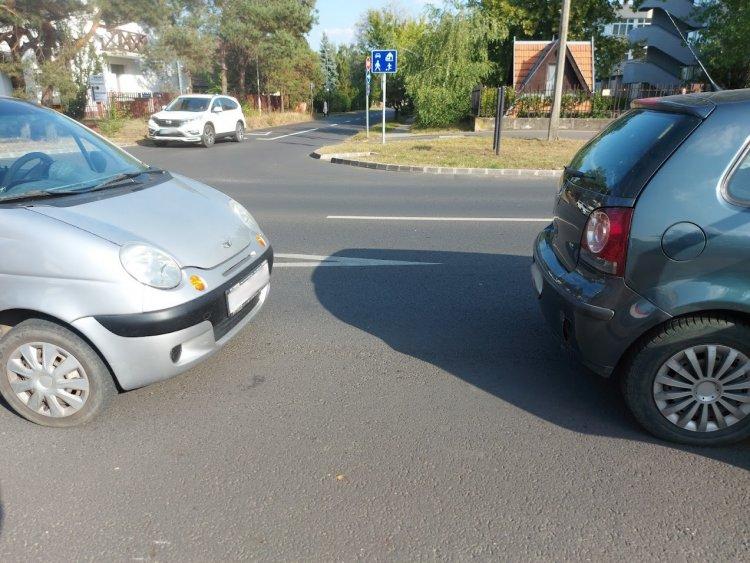 Tolatott egy autó a Korányi Frigyes utcán, amikor nekiment a mögötte haladónak