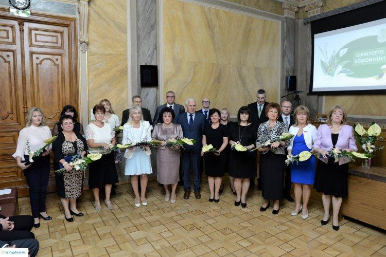Kitüntetéseket adtak át a Városházán – 24 szakember munkáját ismerték el