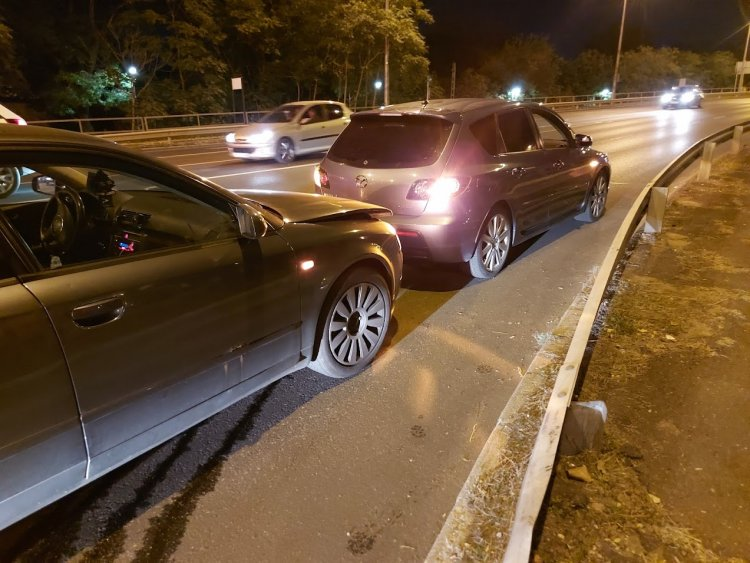 Baleset történt a Debreceni úti felüljáró tövében, jelentős anyagi kár keletkezett